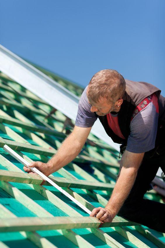 Travaux de toiture avec couvreur